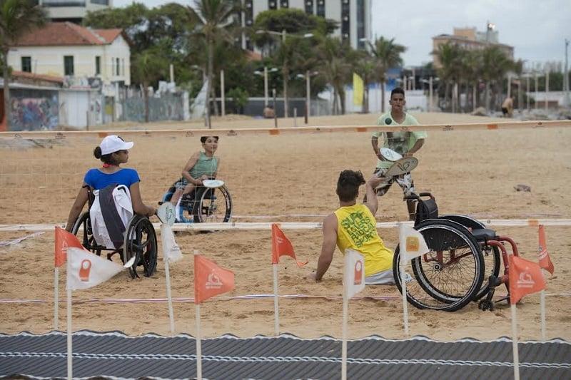 Deficientes físicos em Fortaleza: Praia Acessível