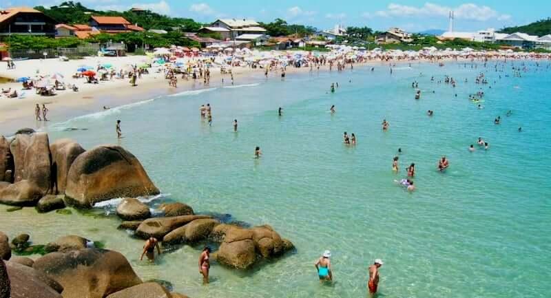 Praia da Lagoinha de Ponta das Canas em Florianópolis: Movimento em Alta Temporada