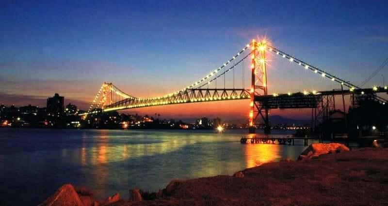 Roteiro de 4 dias em Florianópolis: Ponte Hercílio Luz à noite