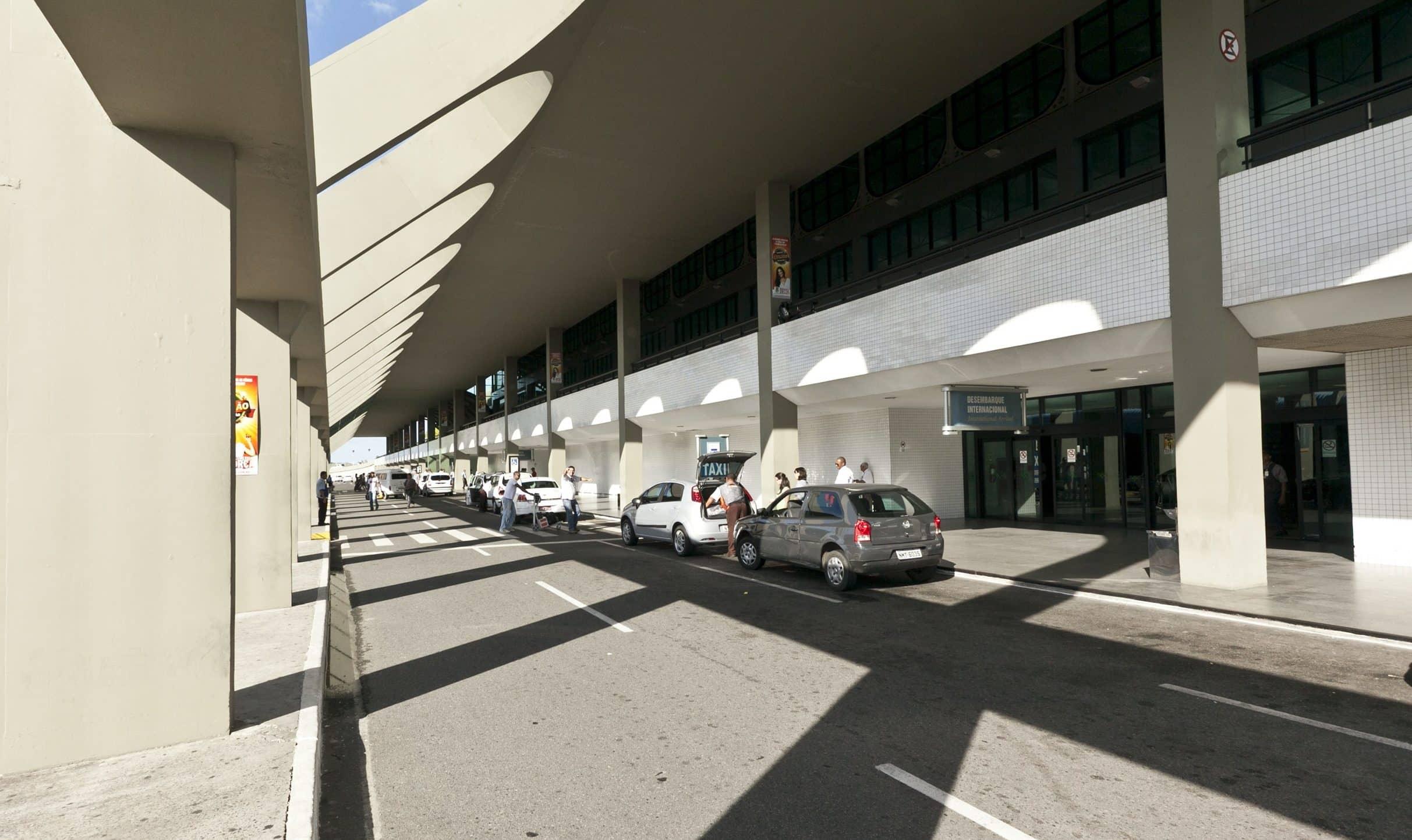 Como ir do aeroporto de Salvador até o centro turístico: Táxis na área de desembarque do aeroporto