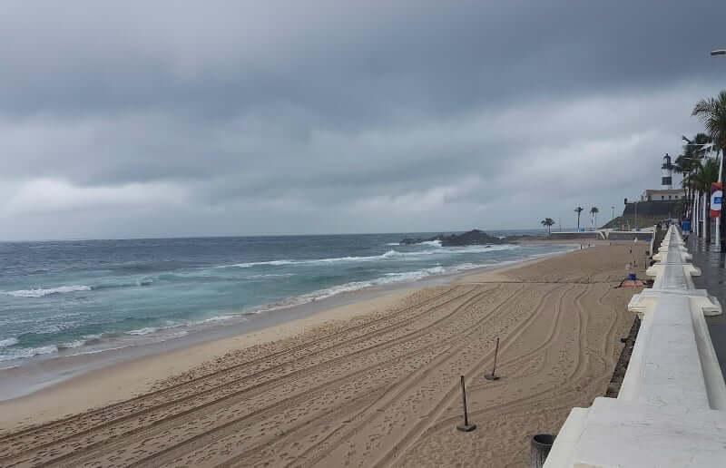 Clima e temperatura em Salvador: Dia nublado na Praia do Porto da Barra