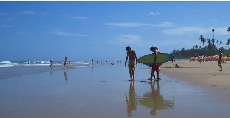Praia de Jaguaribe em Salvador: Surfistas na praia