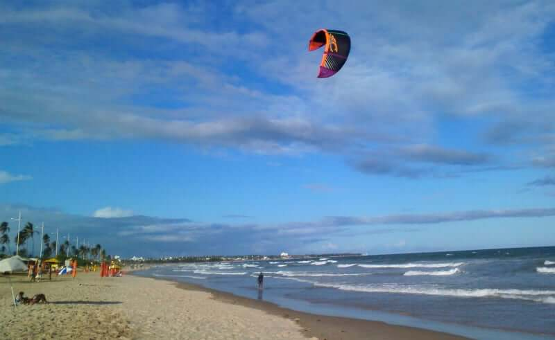 Praia de Jaguaribe em Salvador: kitesurf